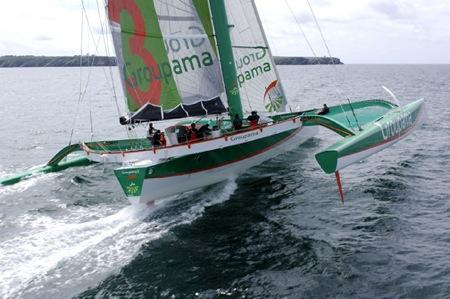 Trimarán Groupama navegando