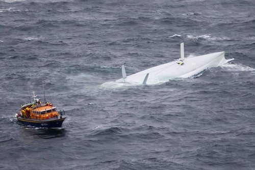 Rambler 100 vuelca cerca de la Fastnet Rock durante la regata del 2011
