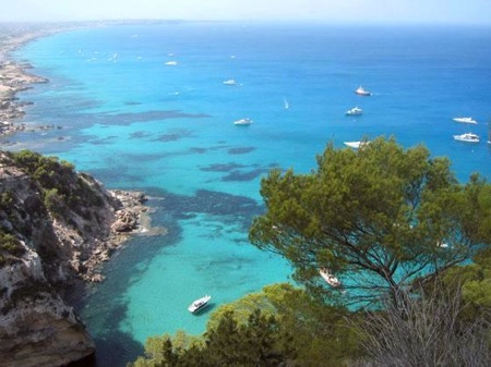 3970940-deep_blue_and_crystalline_waters-isla_de_formentera