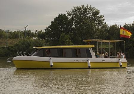 Barco de turismo fluvial. Ebrobus.
